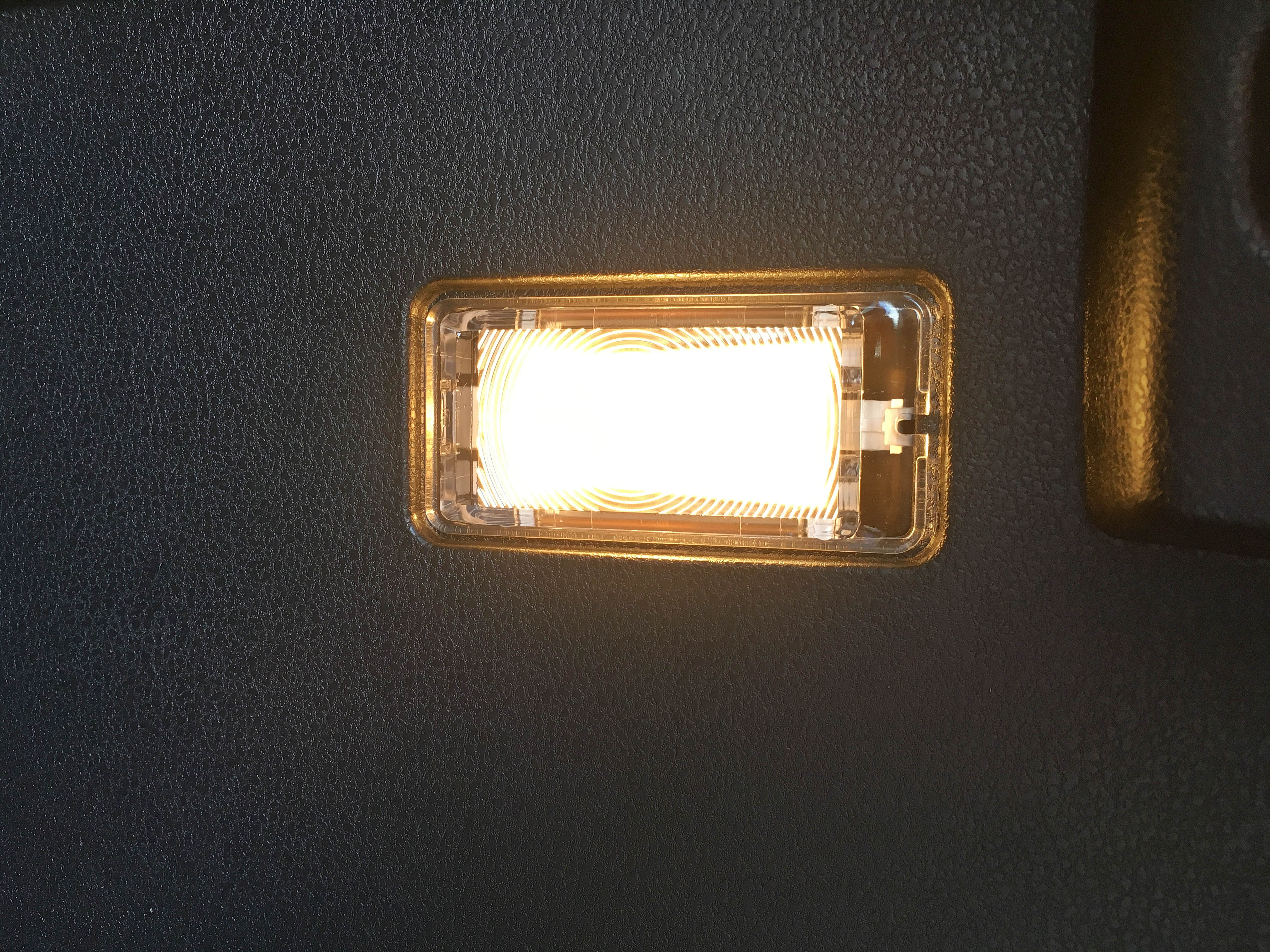 ノート e-POWER トランクルームランプアップ.JPG