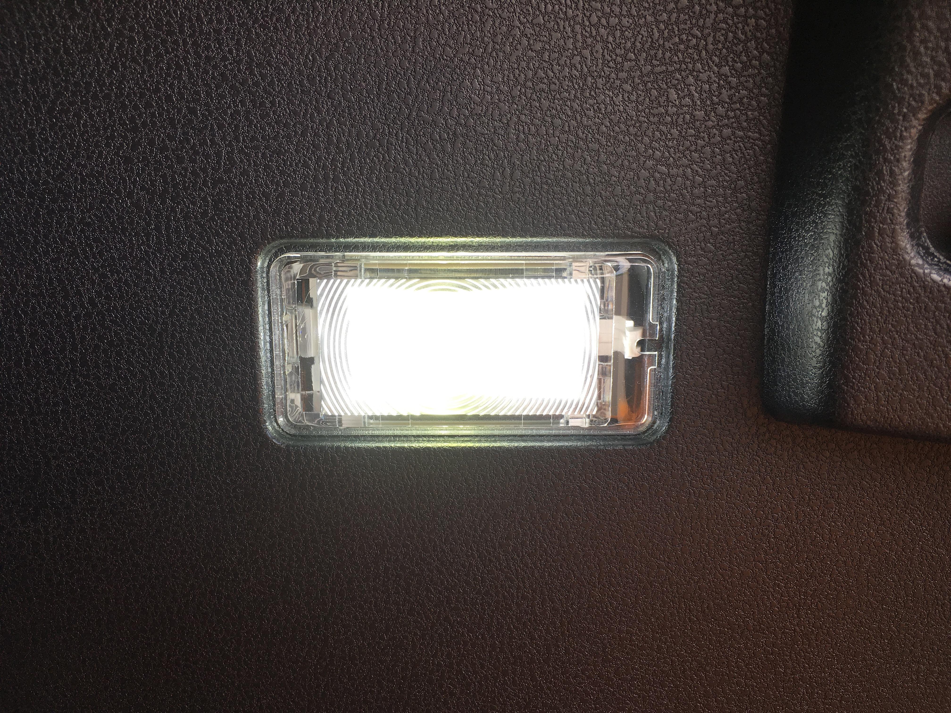ノート e-POWER トランクルームLEDランプアップ.JPG