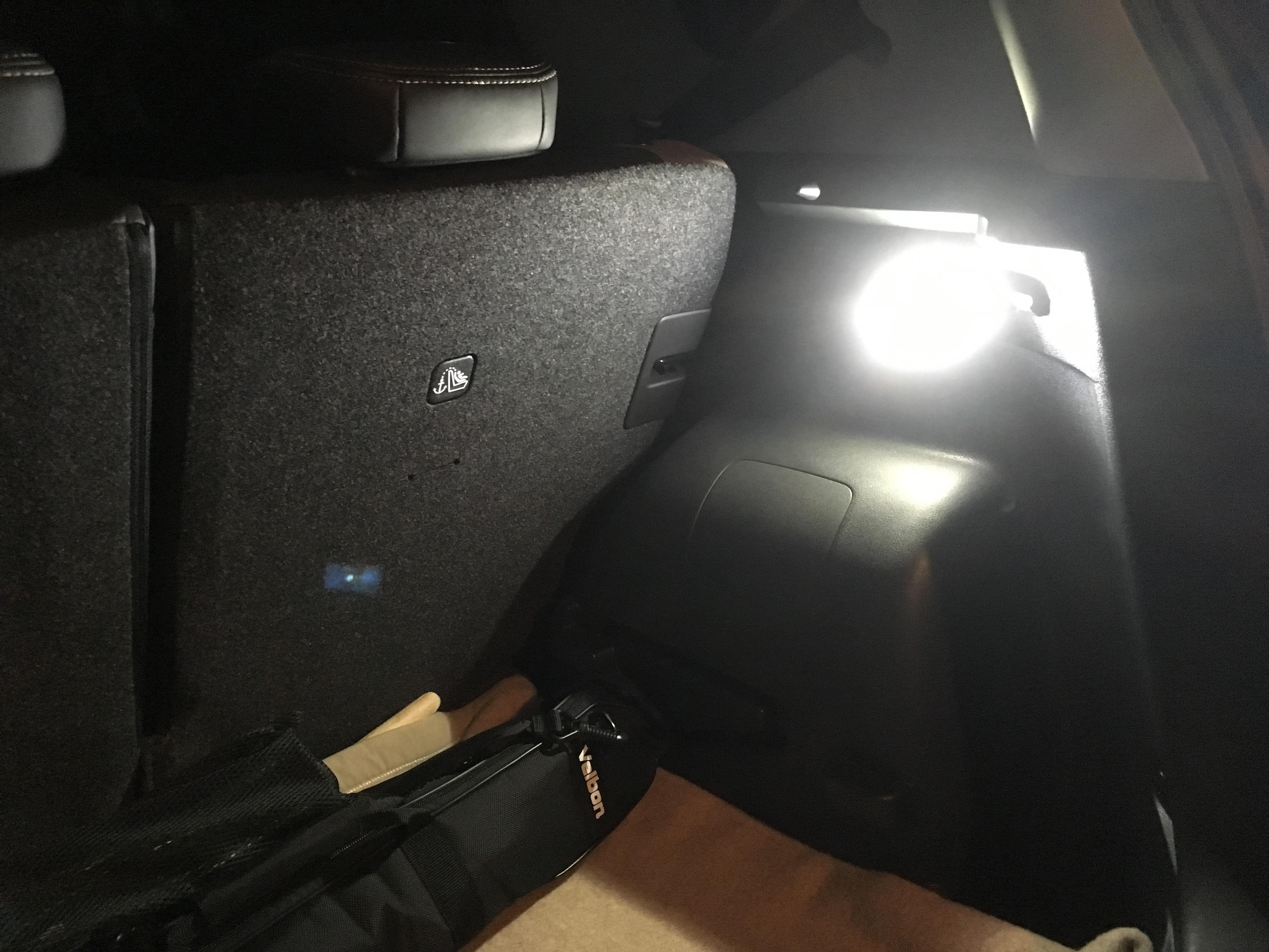 ノート e-POWER トランクルームランプ交換後夜.JPG