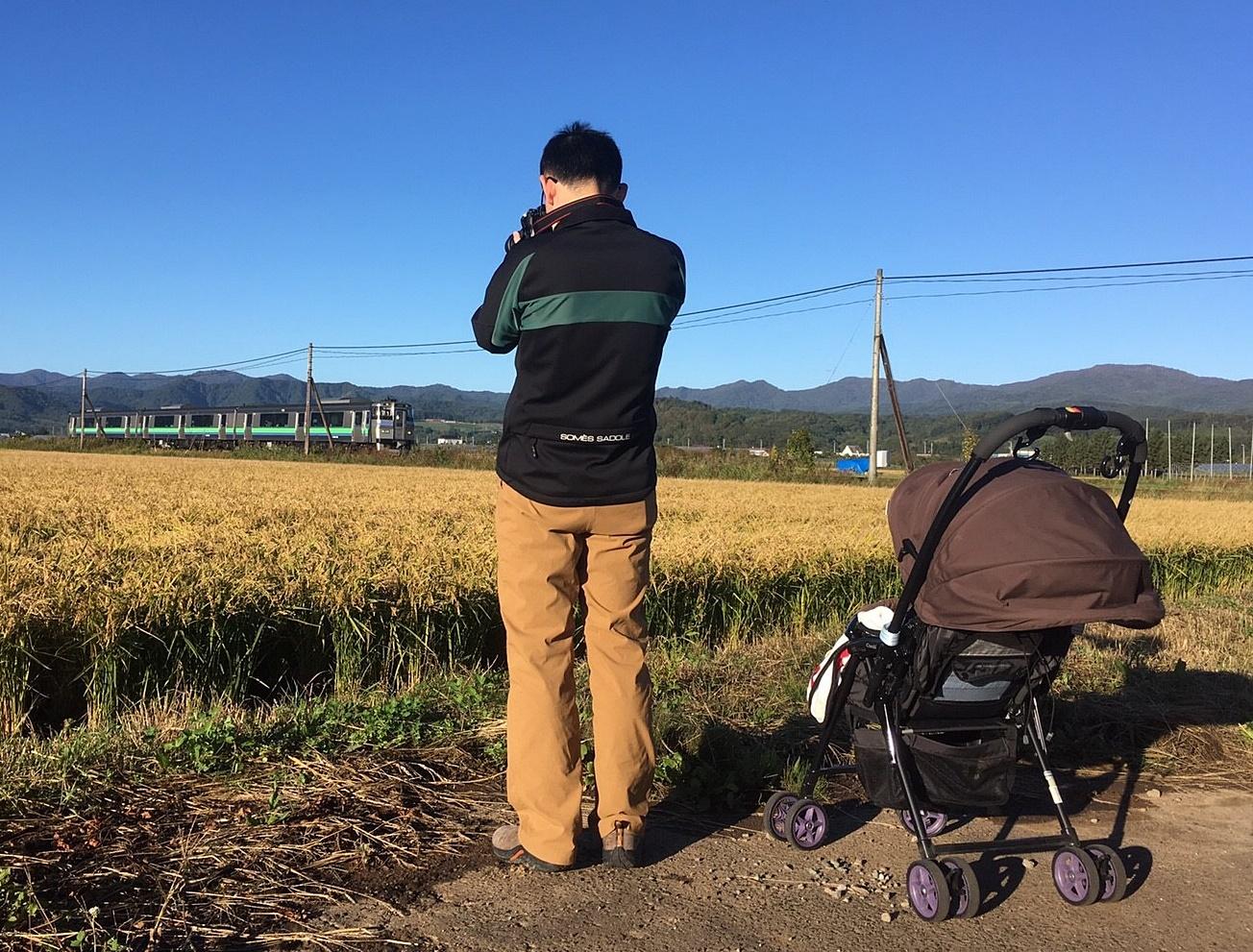 キハ201系963Dを撮る私と見る愛息.JPG