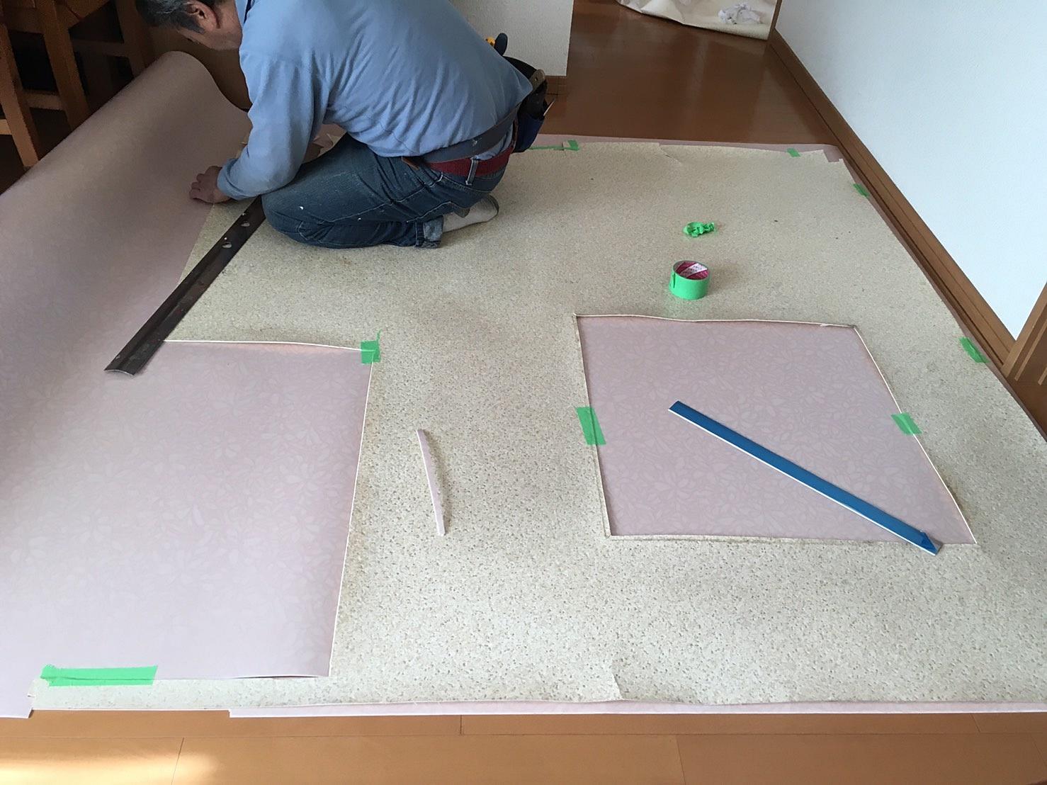 洗面所床リフォーム 新規床材採寸&カット.JPG