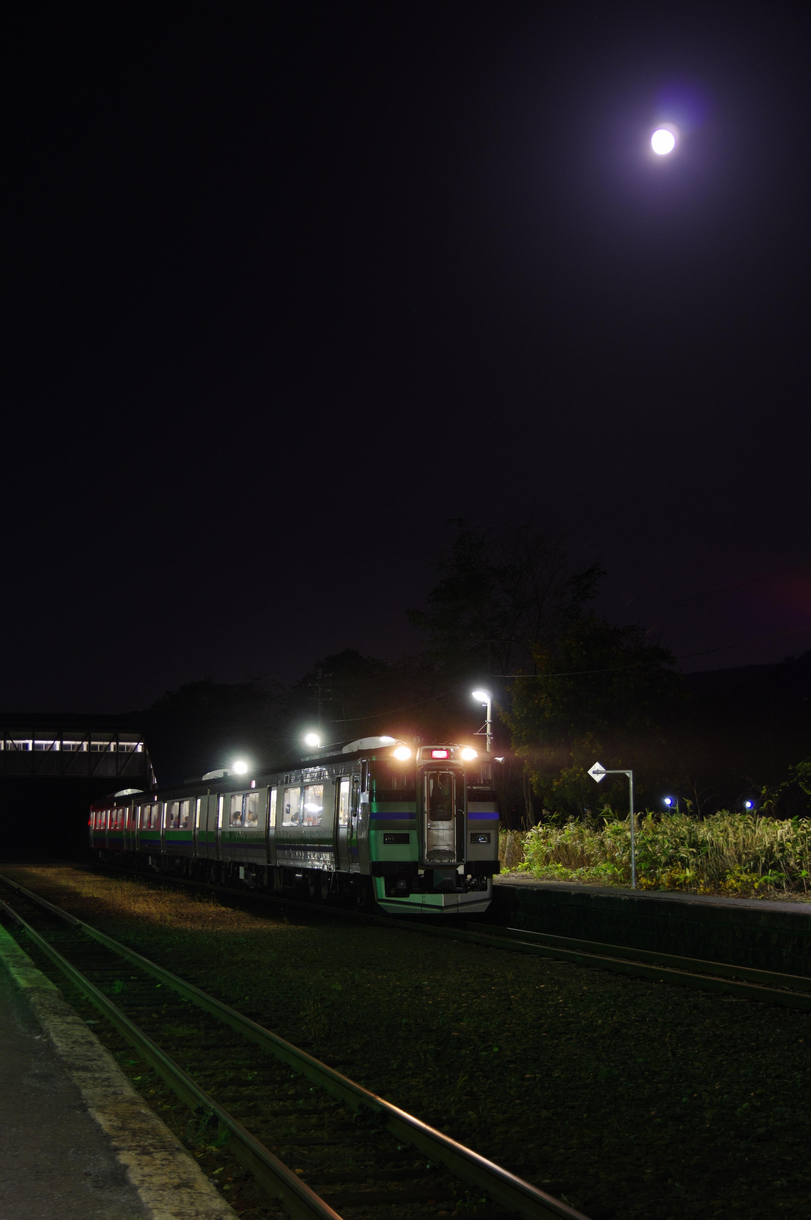 キハ201系 3954D 快速ニセコライナー 蘭島駅 181024.jpg