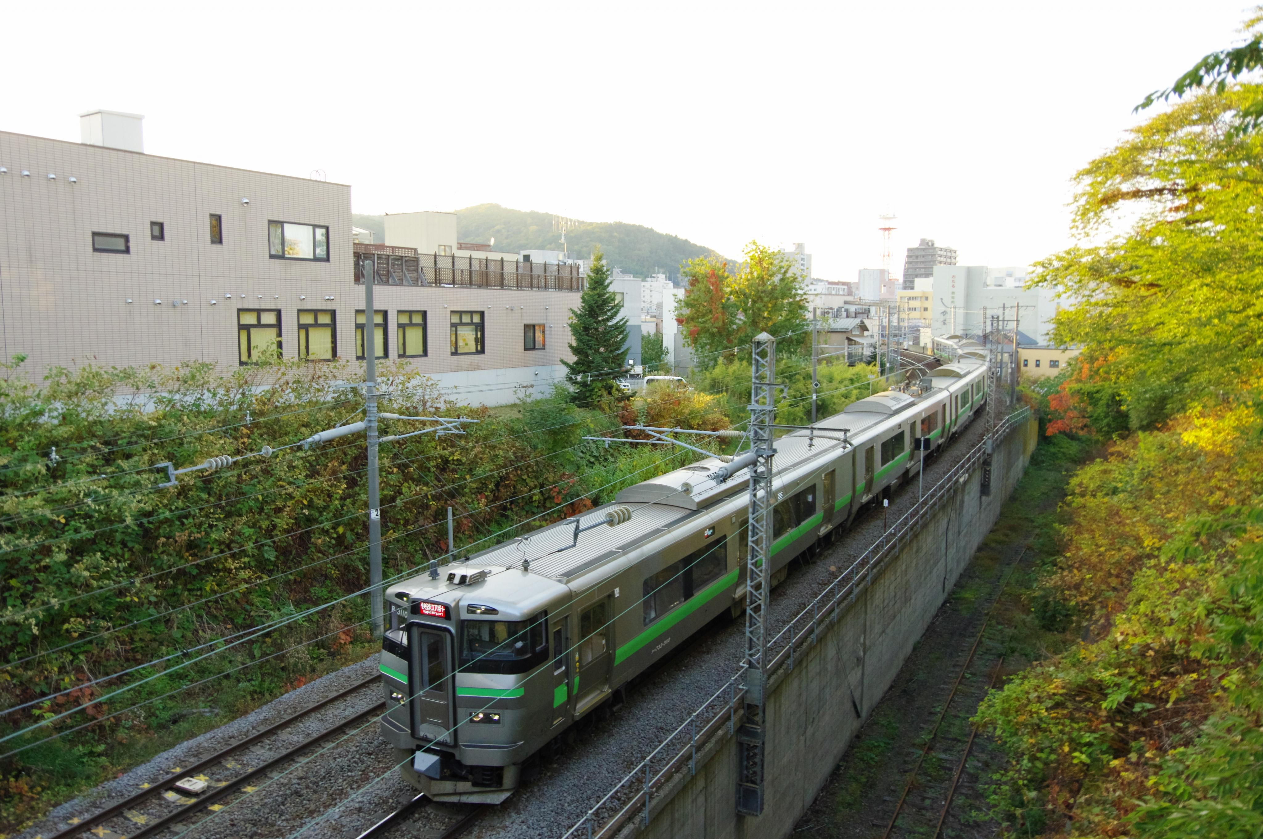 733系 3952M 快速エアポート164号 小樽−南小樽 花園橋 181022.jpg