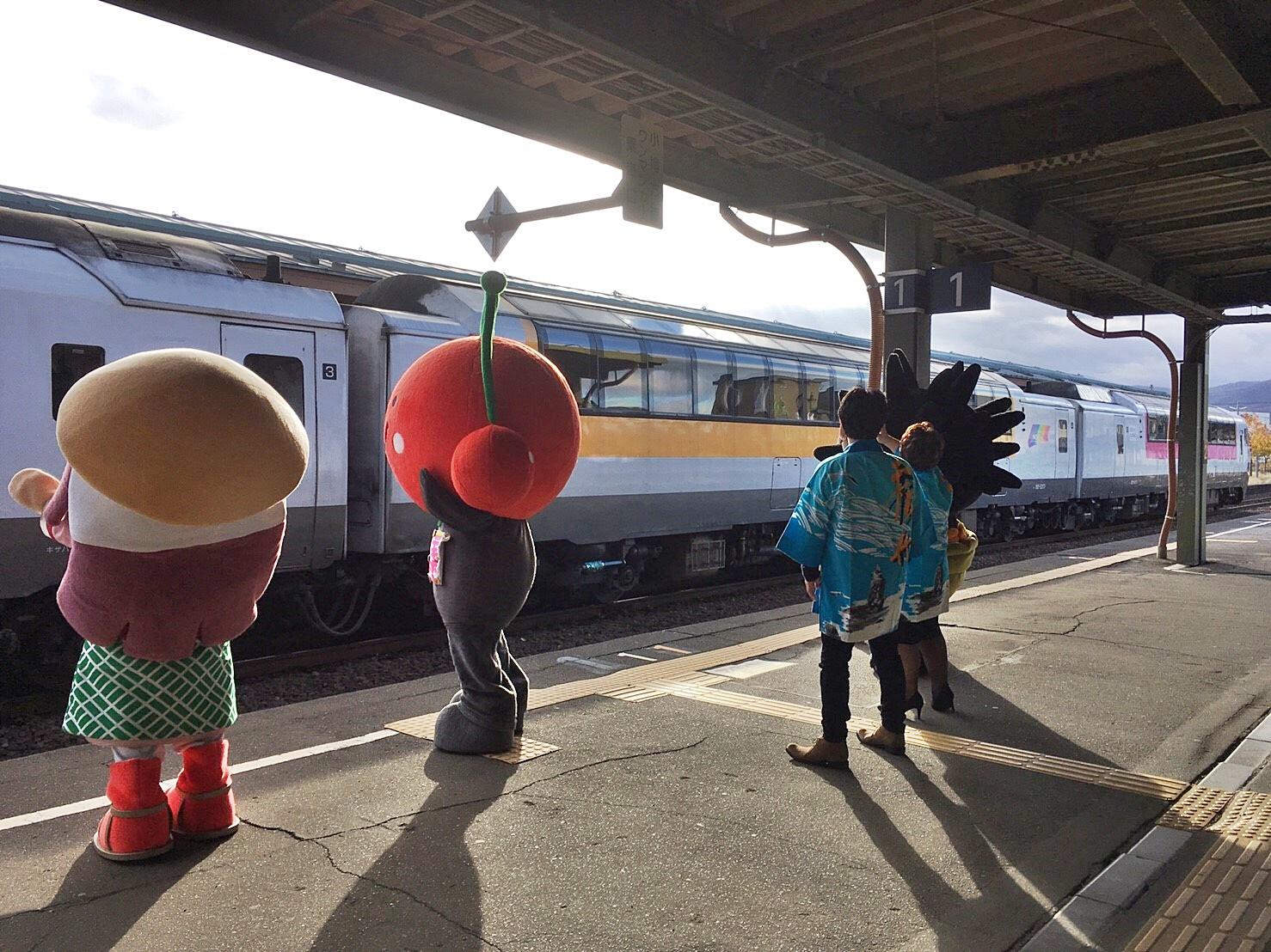 ノースレインボーエクスプレス 元気です 北海道号 余市駅 ご当地キャラお見送り_181117.JPG