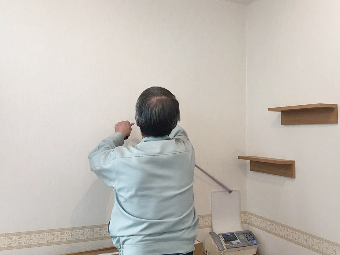 壁に付けられる家具取付中 (2).JPG