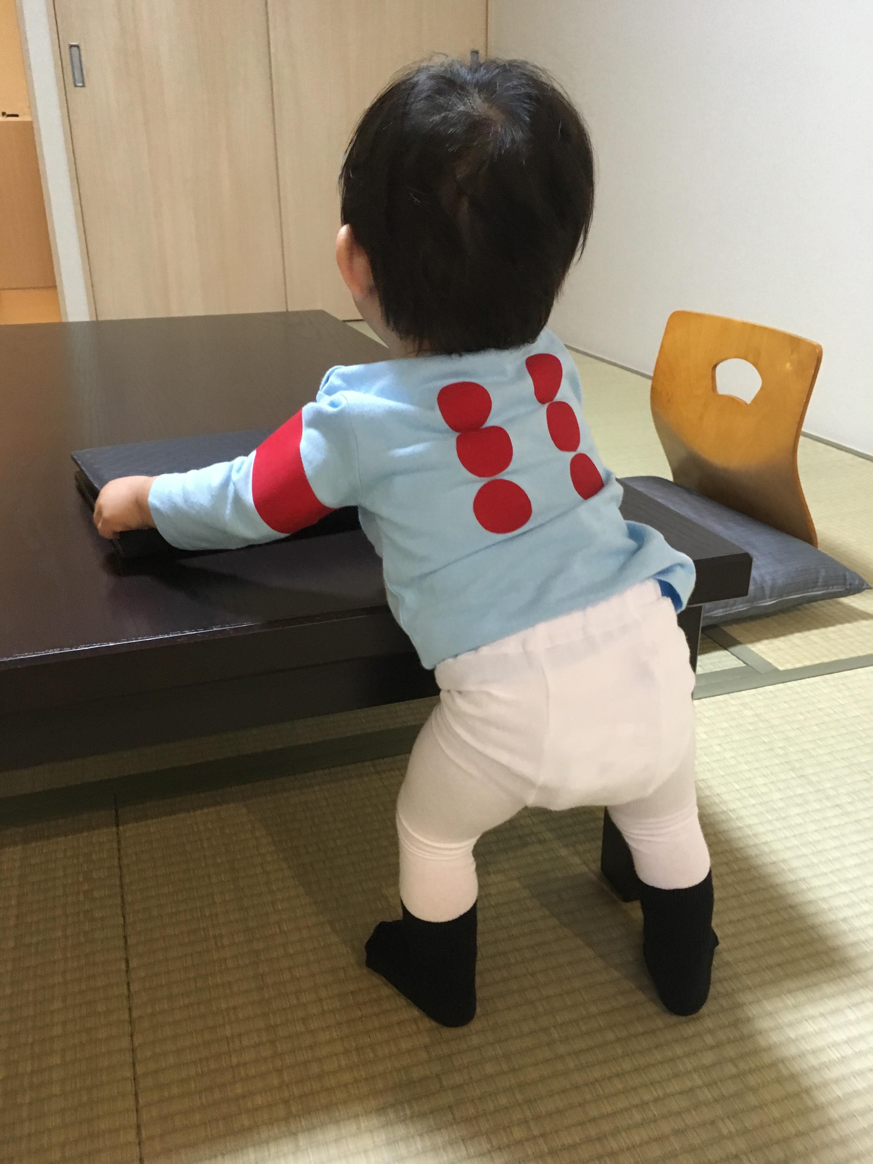 シルクレーシング キッズ勝負服80サイズ ホテルの部屋にて.JPG