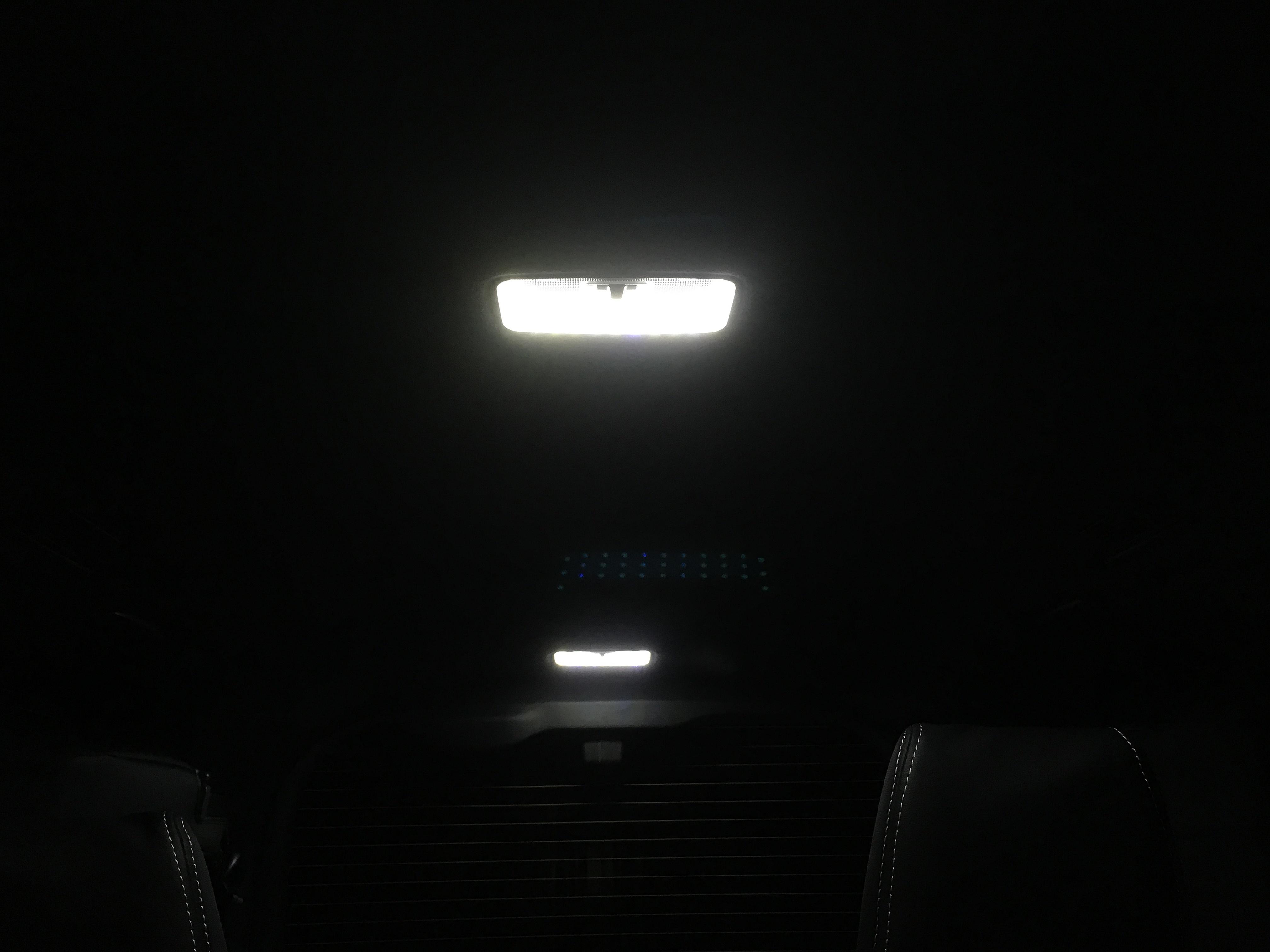 VOXY HIBRID ルームランプ交換後中後.JPG