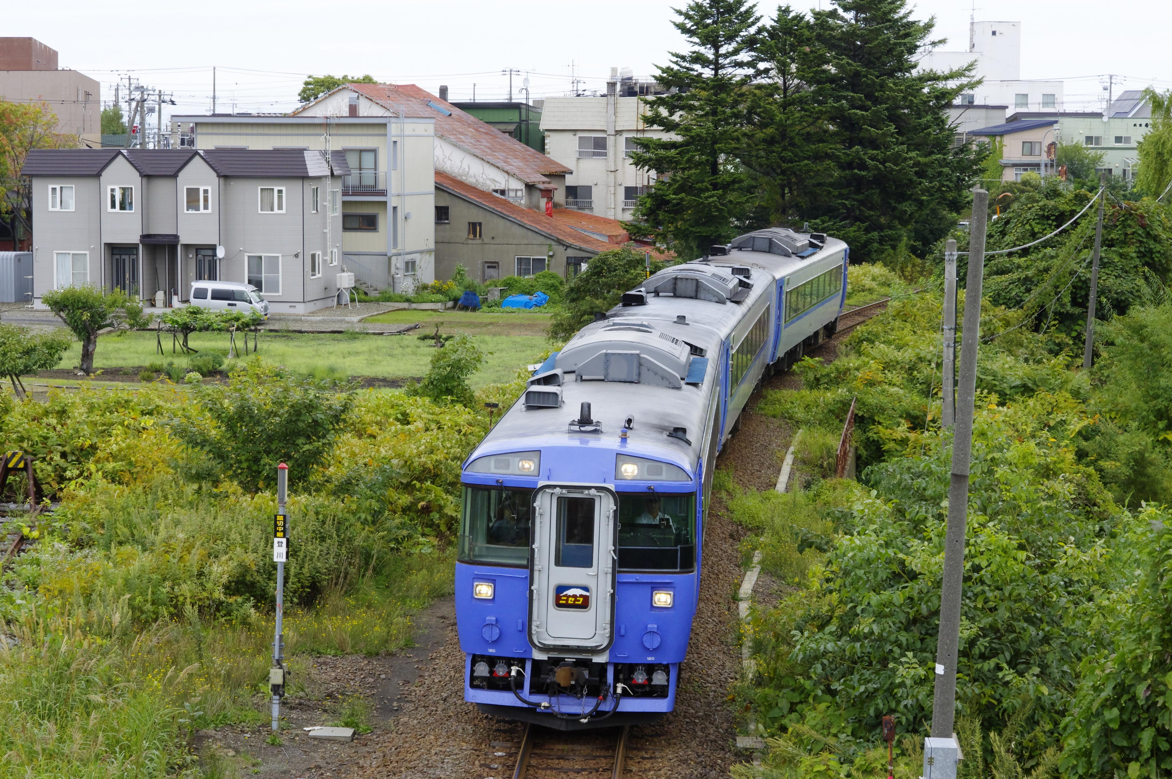 キハ183 特急ニセコ 余市駅入線 190907.jpg
