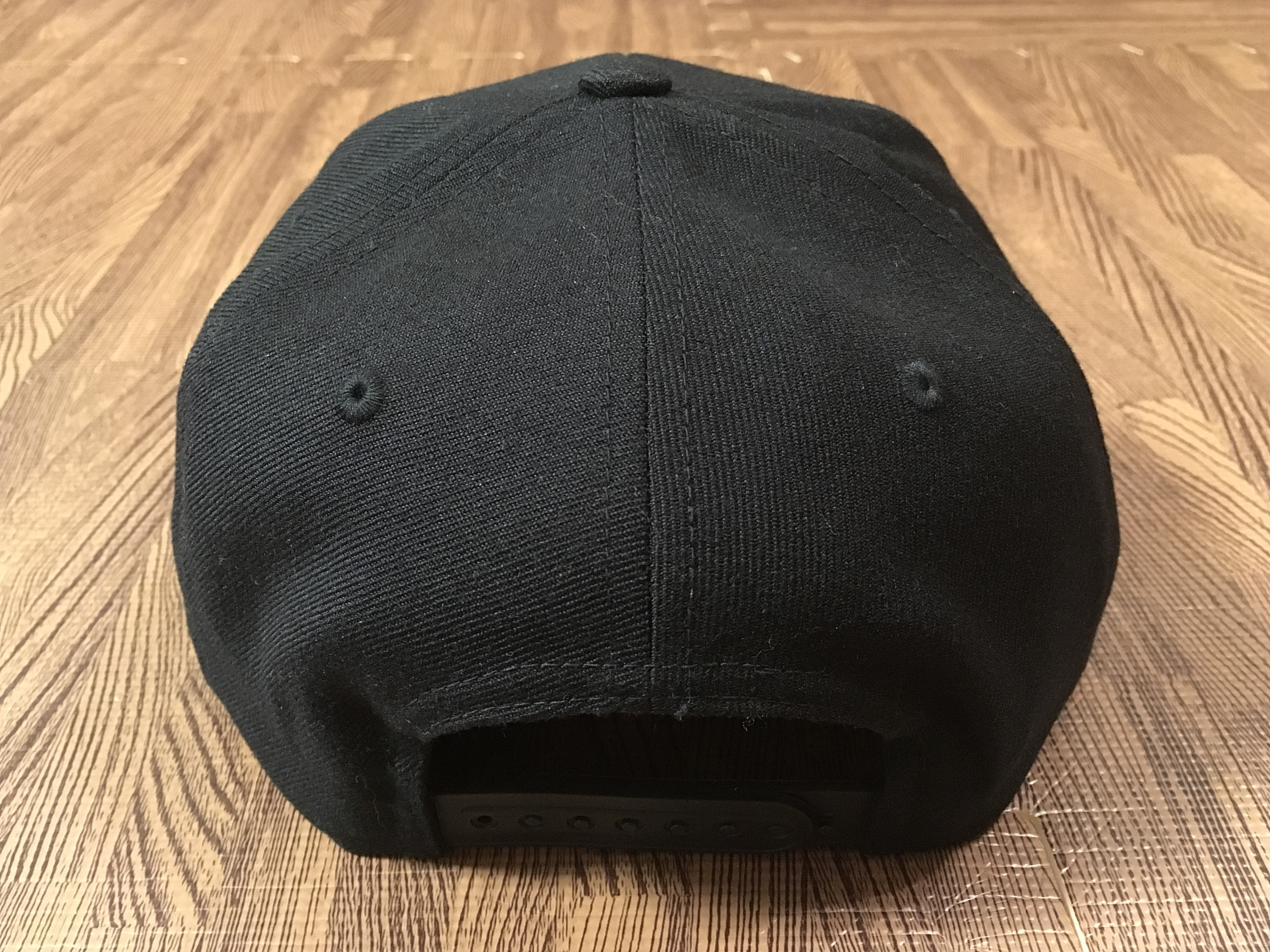ミツウマオーセンティック Flat Viser Cap Black 正面後.JPG