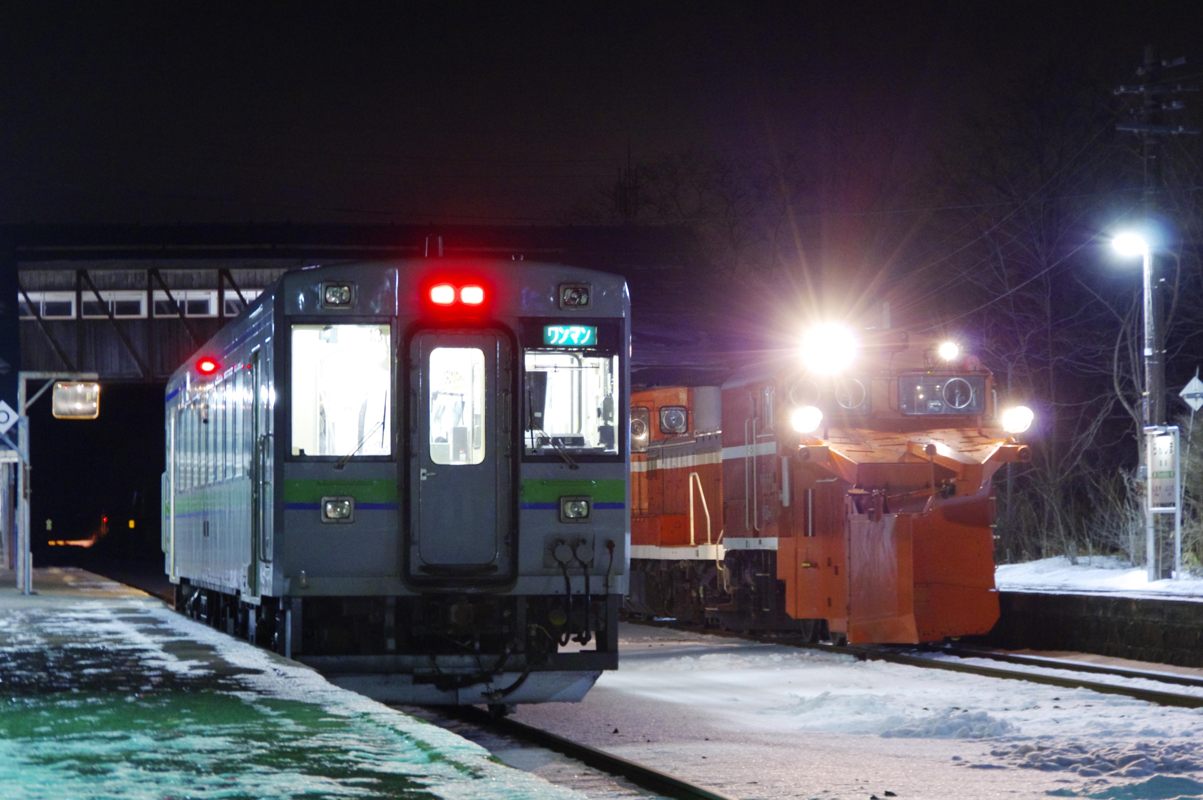 雪122レ & 1955D 蘭島駅 191214.jpg