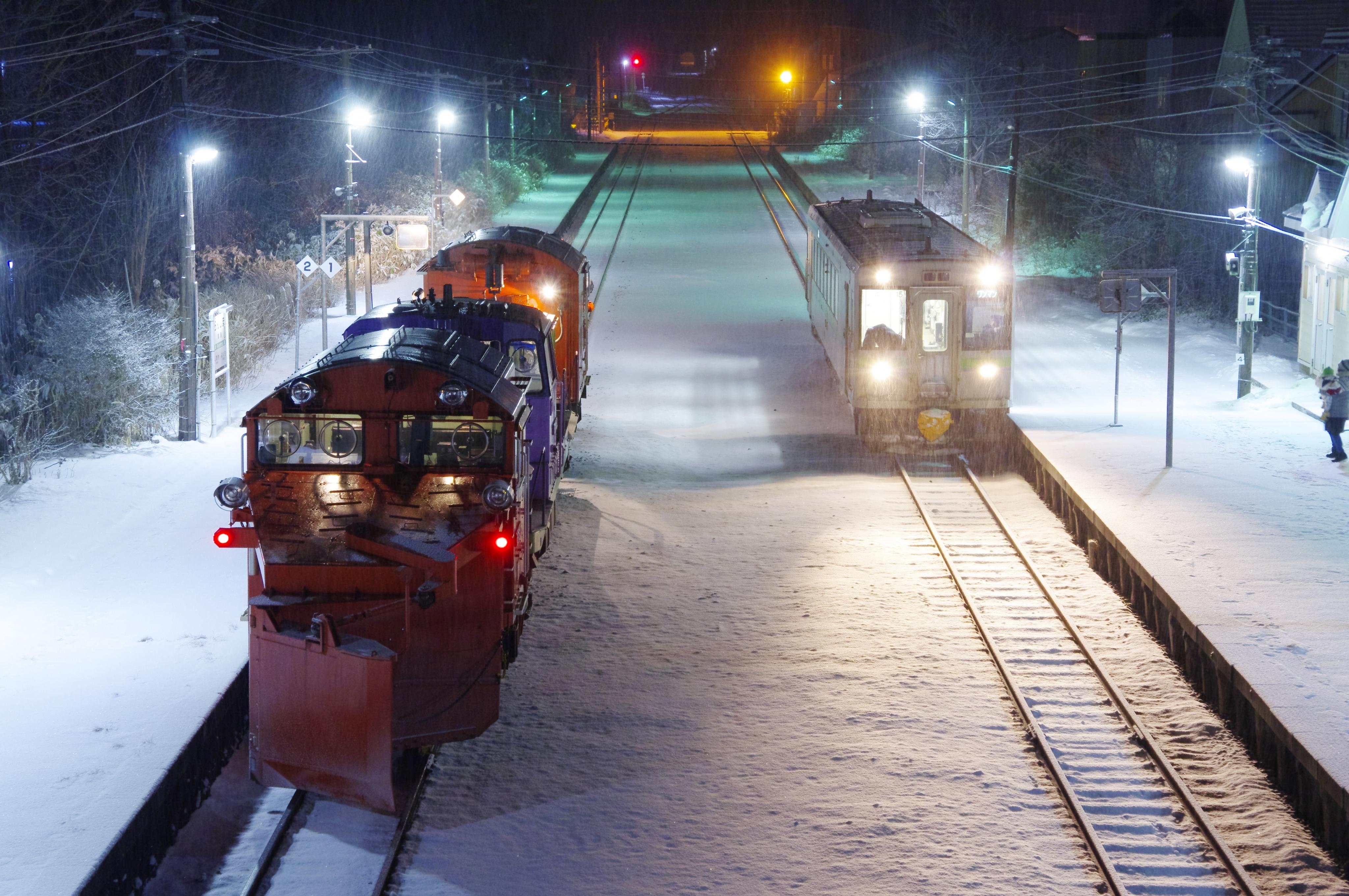 雪122レ & 1955D 蘭島駅 191221.jpg