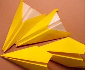 黄色い紙飛行機