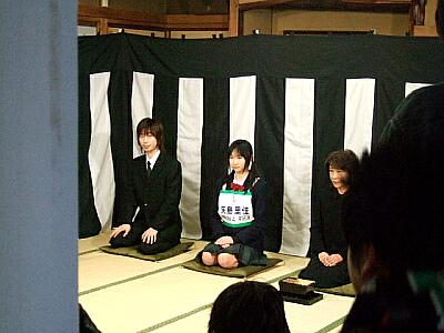 和室に入ると、そこには黒白の幕でお葬式のセットができていました。
