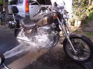 バイクの洗車してお疲れさま〜