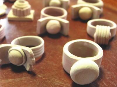 ピンクや水色・黄色や若草色など、春にぴったりなカラフルな色土を使って、陶器の指輪作りをはじめてみました。