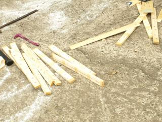 薄い板に頑丈な釘の打ちつけ。