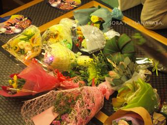恒例の花束交換会。