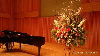 音楽学院の舞台へのスタンド花を。