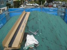 屋根葺き替えカバー工法施工中