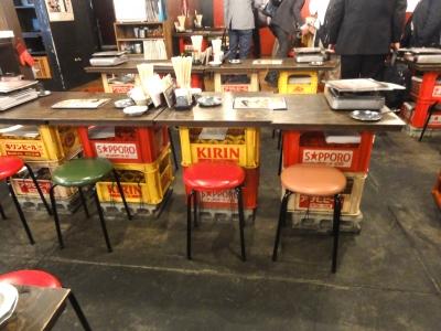 ビールケースとブロックがテーブルの脚