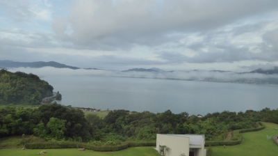 ホテルからの橋立。霧