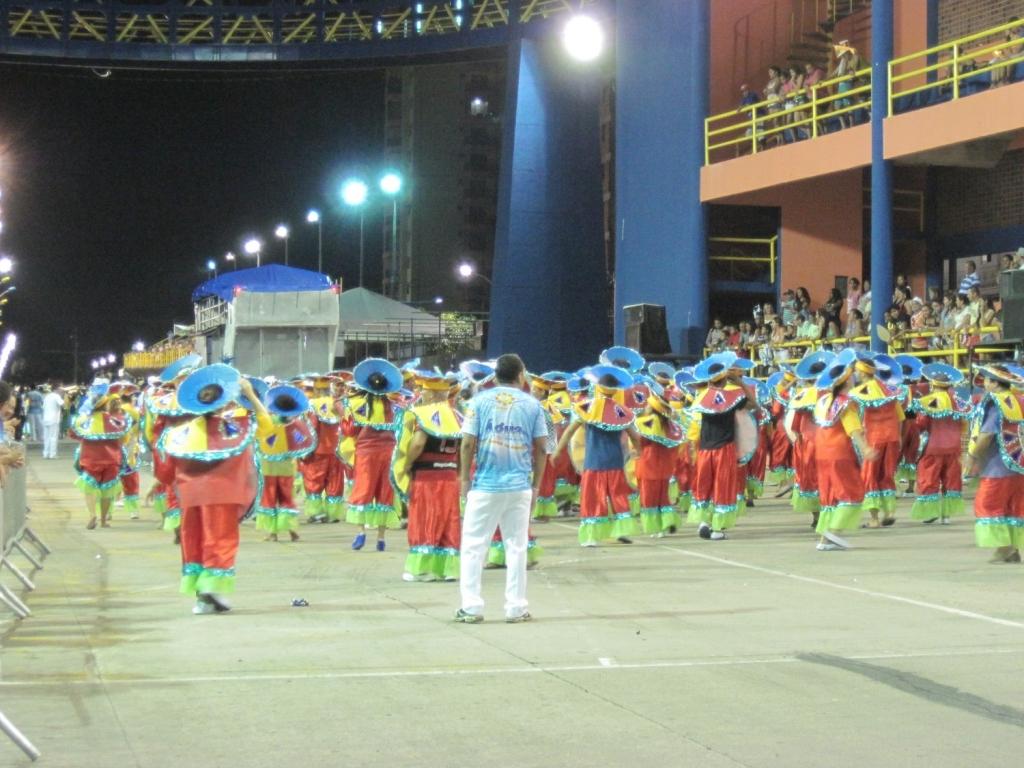 ブラジル・ベレーン市のカーニバル踊り子たち
