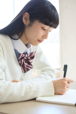 勉強中の中村ゆりか。