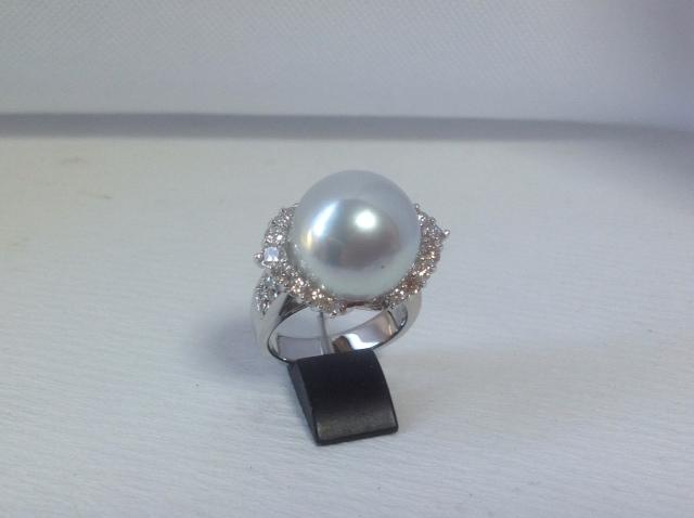 直径15ミリパールを活かしつつ、立体的にダイヤを配置した ゴージャスな逸品に仕上がりました!