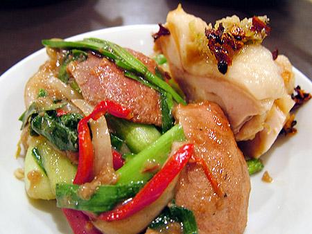 蒸し鶏のネギ生姜ソースとレバニラ炒め