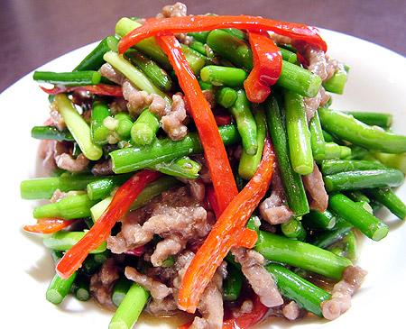 江南飯店 牛肉とニンニクの芽炒め
