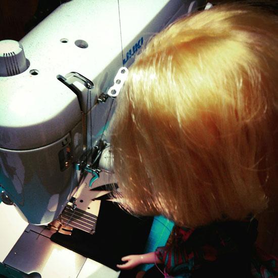 ブライスのブラミ、自分の服を縫う