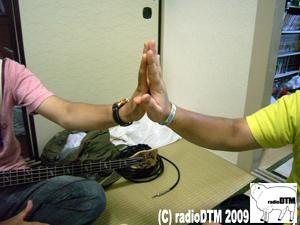手の大きさをくらべる二人