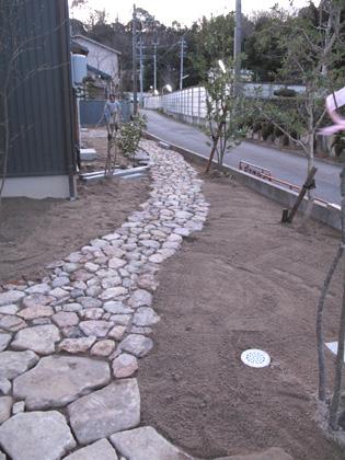 石の庭間もなく