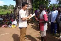 マラウィで種の配布を行うスタッフ