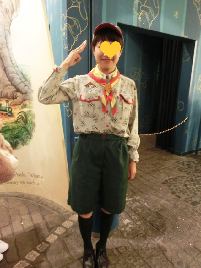 プーさんのハニーハントのキャストの制服がかわいい。 こちらは半ズボン