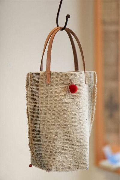 手織り素材のバッグ