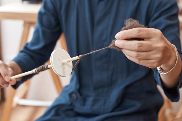 ヤクの糸紡ぎ