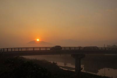 霧の中の朝日.jpg
