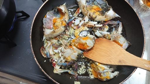蟹を炒める