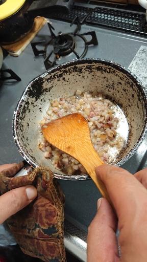 小鍋でパンチェッタを炒める