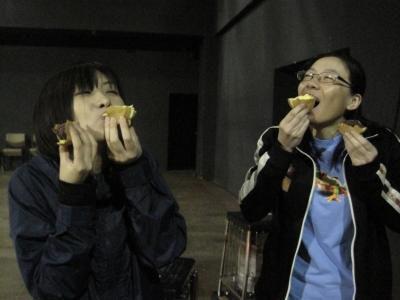 おやきを食べる、寺元・鈴木