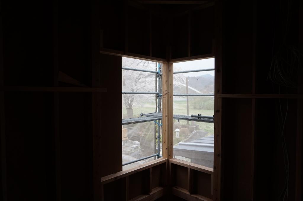 14.窓から山と桜を見る.JPG