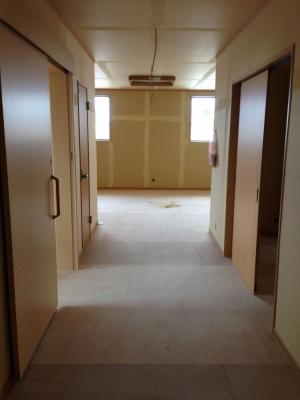 廊下から見た待合室