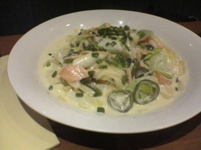 サーモンと白葱のピリ辛クリームソースフエットチーネ(1260円)