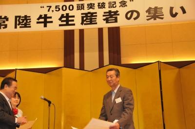 表彰を受ける橋本武二