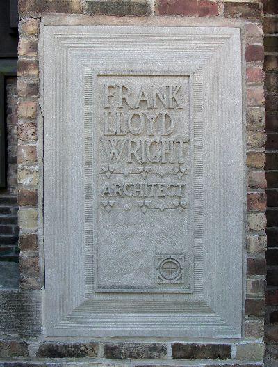 自邸に埋め込まれたフランク・ロイド・ライトの文字