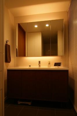 北欧風洗面化粧台と間接照明のミラーキャビネット
