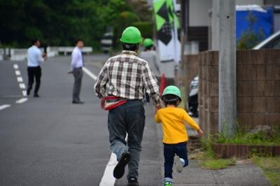 現場へ向かう参加者親子