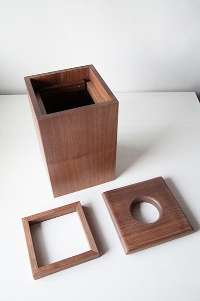 木のゴミ箱の写真2