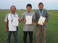 入賞者(優勝の鈴木選手(中央)、2位の小洞選手(左)、3位の岩楯選手)